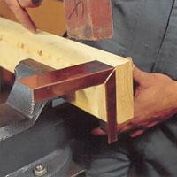 Bocka därefter metallen genom att slå med lätta slag på metallen