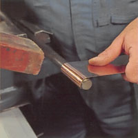 Bocka utan skarpa veck genom att sätta en rundstång i skruvstycket