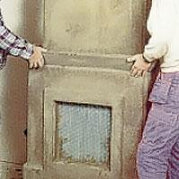 Cementklistra kanten för spiselhyllan och montera den.