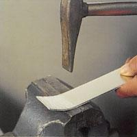 Driv ett plant arbetsstycke genom att slå på materialet med drivningshammare