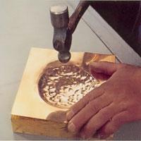 Drivning i skålform görs med formunderlägg och kulhammare.
