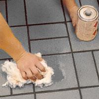 Behandling av golvet med klinkerolja på en svamp