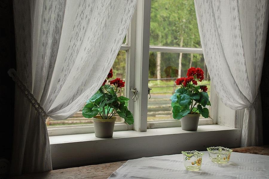 Fönsterbänkar med blommor i flera våningar dinbyggare se