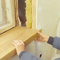 Fönsterbänken limmas innan du sätter isolering och gips.