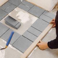 När du har samma antal klinkerplattor i alla tre rader förbinder du dessa med en tvärsgående plattrad