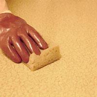 Använd golvborttagningsmedel och tvätta bort all golvpolish