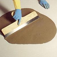 Golvspackel. Självutjämnande spackel sk. flytspackel är praktiskt på ojämna golv