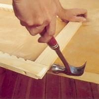 Gör ev justeringar i tapp och slits och sätt lim på tapparnas båda sidor.