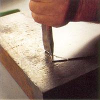 Använd till exempel huggjärn och hammare och hugg ut formen lite i taget.