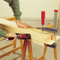 Behöver du hyvla fanerskivornas kanter lägger du dem mellan två pressbrädor