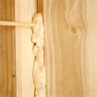 Isolering av dragiga fönster och dörrkarmar med polyuretanskum
