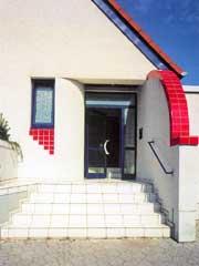 Klinkerbeklädd entrétrappa med röda plattor