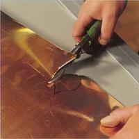 Tunnare plåt kan du som regel klippa för hand med en kraftig plåtsax