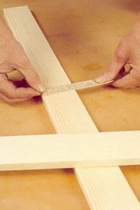 Kontrollera måttet med tumstocken innan du gör den slutliga markeringen med hjälp av vinkelhake