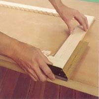 Kontrollera med vinkelhaken att ramen har helt räta vinklar.