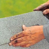 Lägg plattorna med 50% överlapp över taknocken