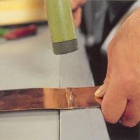 Lås fast falsen med hammarslag i ytterkanterna