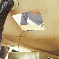 De takpannor som måste bort bör du lyfta från utsidan.