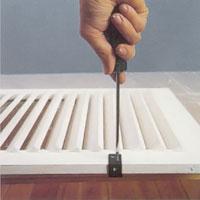 Skruva på beslag när färgen torkat