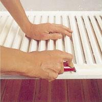 Skrapa bort löst sittande färg på fönsterluckorna