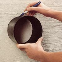 Håll inmurningsstosen mot väggen och passa in den undre kanten mot markeringen