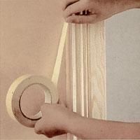 Använd maskeringstejp och tejpa noga runt dörrfoder, socklar och andra detaljer som inte ska målas