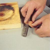 Mindre metallföremål formar du i en träform i lämplig storlek.