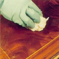 Möbelrenovering steg 2. Låt acetonet verka innan du bearbetar ytan