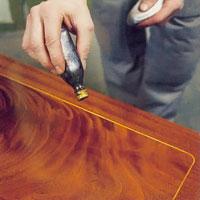 Möbelrenovering steg 23. Droppa paraffinolja på suddens utsida för bättre glid.