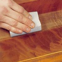 Möbelrenovering steg 3. Slipa ytan med ett fint sandpapper