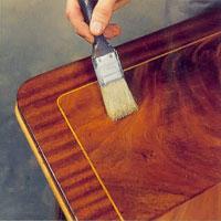Möbelrenovering steg 9. Dra penseln på även på tvären så att inte de längsgående penseldragen blir för markerande