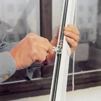 Montera upphängningskrokarna i upphängningsbeslagen på persiennhållaren.