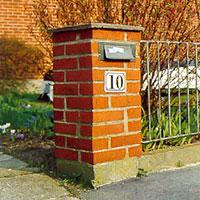 Murade grindstolpar med brevlåda