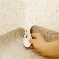 I innerhörn är det lättast om du formar plastmattan till en strut.