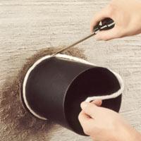 Pressa in garnet mellan röret och stosen med hjälp av t ex en skruvmejsel