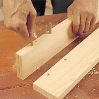 Prova så att pluggarna passar i höjd och vidd för respektive hål.