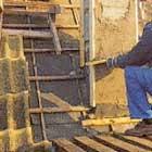Putsa skorstenen och fäst en plåtprofil runt skorstensgenomföringen
