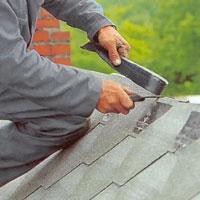 Innan taknocken täcks bör du renskära shingelkanterna