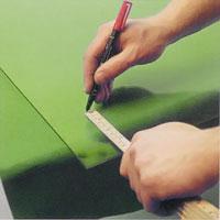 Rita skärlinjen med fet krita eller en vattenlöslig filtpenna.