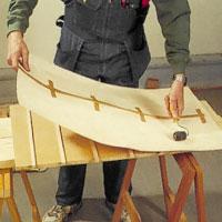 Rolla fast faneret med hjälp av pinnar som placeras på underlaget.