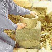 Rulla ihop mineralullsisoleringen så att du kan sticka ner den i blocket