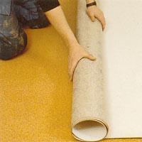 """alt=""""Mät rummets hela längd. Rulla ut mattan med baksidan uppåt."""""""
