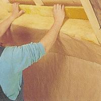 Sätt en takfotsskiva mellan de reglar du tidigare spikat upp