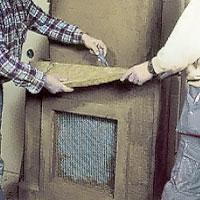 Skär till isoleringen till hyllan mellan över och underdelarna.