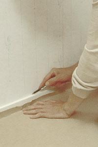 Skär loss kring dörrfoder och socklar med kniven.