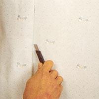 Låt tapeten torka något innan du skär rent runt dörr eller fönster