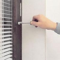 Skruva fast stånghållaren på fönsterbågen.