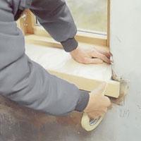 Skydda fönsterbänken med plastfolie och tejpa noga.