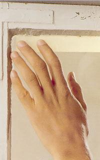 Skydda glaset med maskeringstejp innan du målar