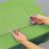 Lyft glasskivans ena ände och underifrån försiktigt slå skäraren mot skärlinjen.